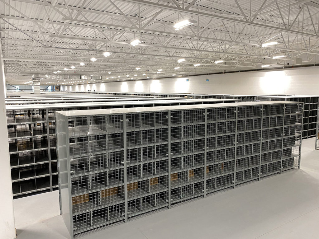 adjustable shelving for picking with wire mesh back panel